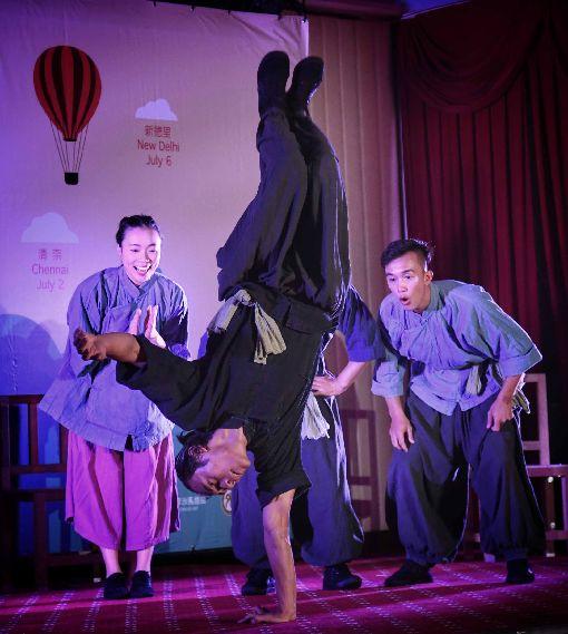 福爾摩沙馬戲團新南向雙印巡演被稱為「台灣的太陽馬戲團」的福爾摩沙馬戲團,將於6月底前往印尼與印度演出,19日在外交部舉行行前記者會,團員在記者會上演出。中央社記者王飛華攝  108年6月19日