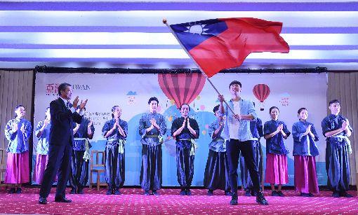 外交部授旗福爾摩沙馬戲團被稱為「台灣的太陽馬戲團」的福爾摩沙馬戲團,將於6月底前往印尼與印度演出,19日在外交部舉行行前記者會,由外交部次長謝武樵(前左)授旗給福爾摩沙馬戲團團長林智偉(前右)。中央社記者王飛華攝  108年6月19日