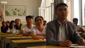 洗腦穆斯林的監獄!新疆「再教育營」全曝光 網驚:真的慘(圖/翻攝自BBC News YouTube)