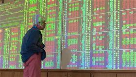 (16:9)台股開低走高(1)台北股市6日開低走高,收盤漲11.67點,為11024.10點,漲幅0.11%,成交金額新台幣1160.79億元。中央社記者董俊志攝 107年8月6日