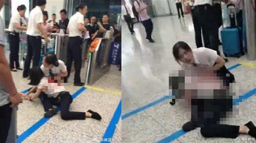 趕不上列車!23歲女怒拿刀捅工作人員 背部濺血痛苦倒地微博