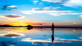▲當烏尤尼鹽湖地面上的積水夠多,就會形成一面超大的鏡子,反射出周遭美景。(圖/shutterstock.com)