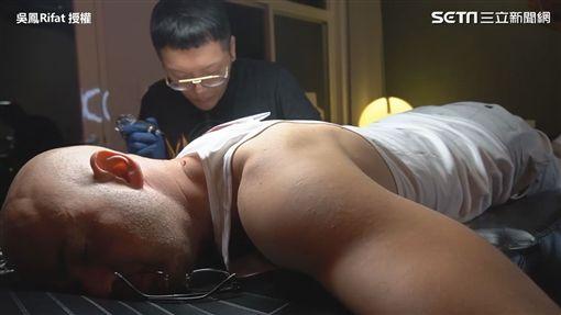 ▲刺青師一筆一畫刺上吳鳳爸爸的臉龐。(圖/吳鳳Rifat 授權)