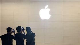 蘋果信義店開幕前一夜,開始出現排隊人潮(圖/記者谷庭攝影)