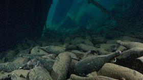 美國潛水男子在沉船挖出百年紅酒。(圖/翻攝自每日頭條)