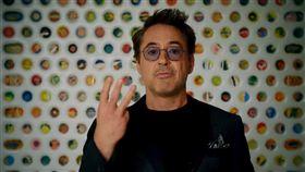 小勞勃道尼秀出新手勢「愛你3247次」。(圖/翻攝自MTV推特)