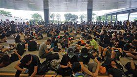 香港反送中示威者聚集立法會外(3)香港「反送中」再起,泛民主派團體民間人權陣線16日發起反修訂逃犯條例大遊行,示威者17日集結在立法會大樓外,準備持續抗戰。中央社記者裴禛香港攝  108年6月17日