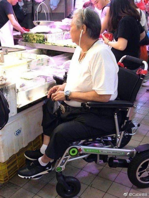 洪金寶被民眾拍到坐輪椅陪老婆買菜。(圖/翻攝自微博)