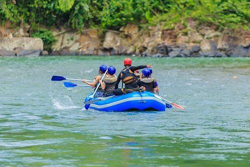 5九如河泛舟shutterstock_789010831-A group of men and women are rafting on the river, extreme and fun sport.jpg