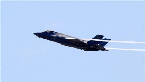 美軍F-35A從嘉手納基地升空執行任務美國空軍從11月起在日本沖繩部署12架F-35A匿蹤戰機,為期6個月,一架F-35A在艷陽下升空執行任務。中央社記者陳亦偉琉球攝  106年12月9日