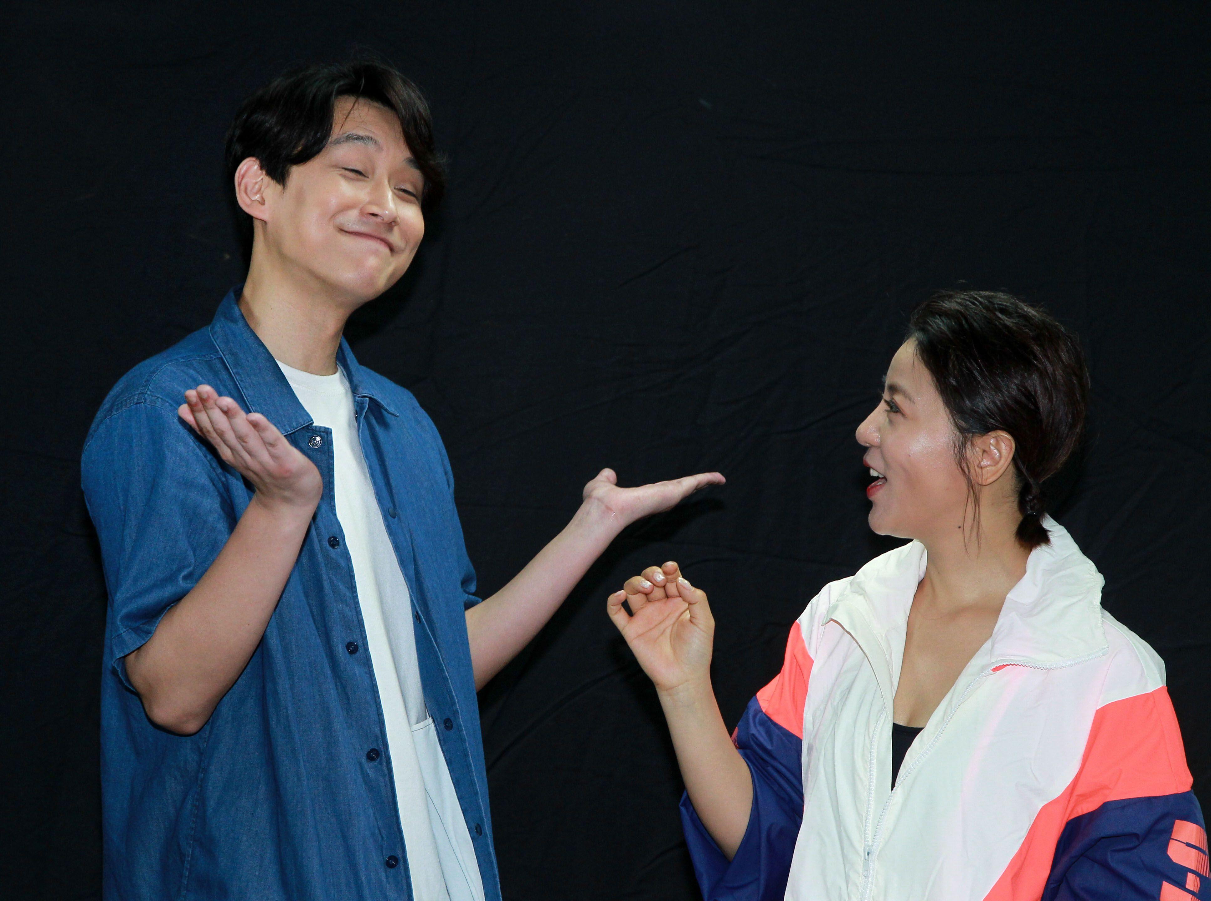 丁噹切洋蔥餵陳乃榮他們兩在「搭錯車」音樂劇有吻戲。(記者邱榮吉/攝影)