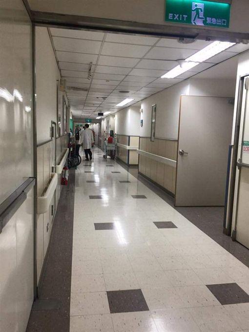 「這世界上有神也有鬼!」一名女網友日前獨自在醫院搭電梯,沒想到她正舉起手要按樓層時,電梯按鈕竟自己亮起,而目的地正是她要去的7樓。貼文曝光後,掀起網友熱議,紛紛直喊:「太勇敢了!我還是不敢搭醫院的病床電梯」。(圖/翻攝自靈異公社)