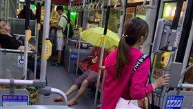 婆婆,公車,雨傘,撐傘,爆廢公社二館 圖/翻攝自臉書爆廢公社二館