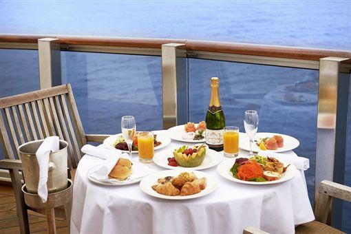 (s)圖說二:太陽公主號提供24小時免費客房服務,在客艙陽台就能悠閒享用早餐(未滿18歲請勿飲酒)(公主遊輪提供).jpg