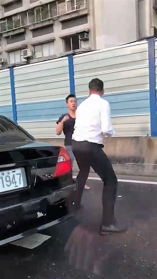 黑衣王男與襯衫金男在新生高架橋上因行車糾紛大打出手(翻攝臉書)
