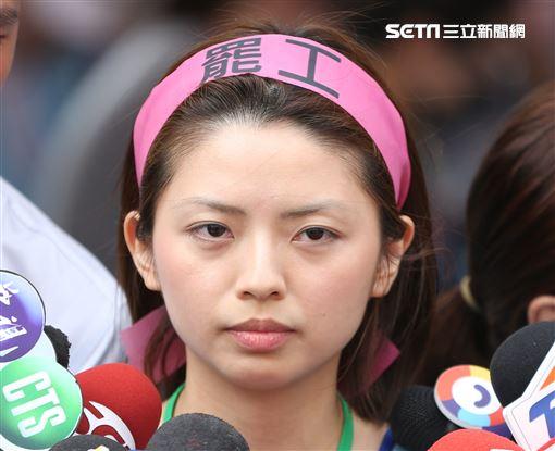 長榮空服員於南崁總公司罷工現場,長榮航空服員郭芷嫣前往支持。(記者林士傑/攝影)