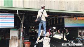 疾管署防疫人員今(21)日探查金獅湖市場隱藏性孳生源。(圖/疾管署提供)