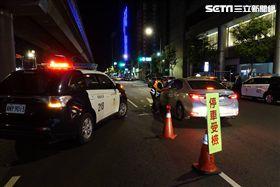 台北市松山分局設立路檢點攔查酒駕(翻攝畫面)
