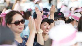 長榮空服員於南崁總公司抗議現場(圖/記者林士傑攝)