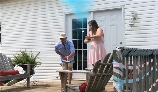 射炮揭曉寶寶性別卻「射爆下體」! 準爸爸腿軟跪地:生一個就夠了…(圖/翻攝自臉書)
