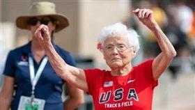 美百瑞人瑞霍金斯(Julia Hawkins)百米賽跑奪金。(圖/翻攝自USA Today)