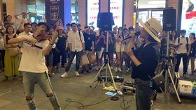 野生丁噹與街頭提琴手當場即興「尬歌」獻唱。(圖/翻攝自丁噹Instagram)