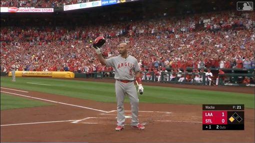 ▲普侯斯(Albert Pujols)重回發跡地,打擊前紅雀球迷掌聲不斷,他脫帽和球迷致意。(圖/翻攝自MLB官網)