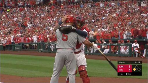 ▲普侯斯(Albert Pujols)重回發跡地,打擊前和紅雀捕手莫里納(Yadier Molina)擁抱。(圖/翻攝自MLB官網)