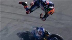 直擊摔車瞬間! 連車帶人過彎被拋飛