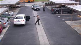 老爸遭盤查僵持10秒 2警舉槍「狂轟34顆子彈」…全身都是洞慘死(圖/推特)