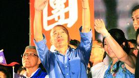 韓國瑜現身台中造勢 感謝支持者相挺高雄市長韓國瑜(中)22日晚間到台中出席大型造勢活動,在太鼓陣及旗手開道下登台,感謝所有支持者熱情相挺。中央社記者蘇木春攝 108年6月22日