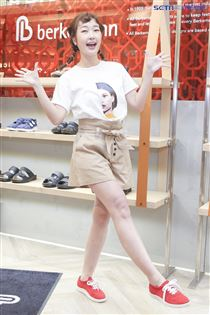 巴鈺擔任品牌一日店長。(記者林士傑/攝影)