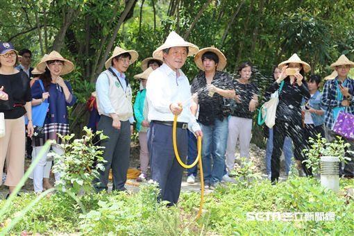 衛福部長陳時中(中)出席「108年高風險農園登革熱防治示範觀摩」,現場示範用水龍頭取代儲水桶灌溉,避免病媒蚊孳生。(圖/疾管署提供)