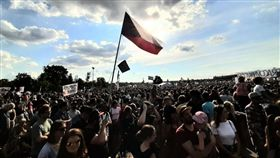 捷克總理巴比斯因為涉貪,大批民眾在首都布拉格市中心展開示威要求他下台。(圖/翻攝自推特)