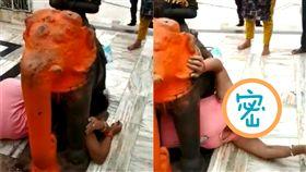 (圖/翻攝自YouTube)印度,婦女,卡住,神像