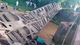 孟加拉火車因橋斷裂墜河 已知5死逾百傷(圖/翻攝自Twitter@Mabrur00)