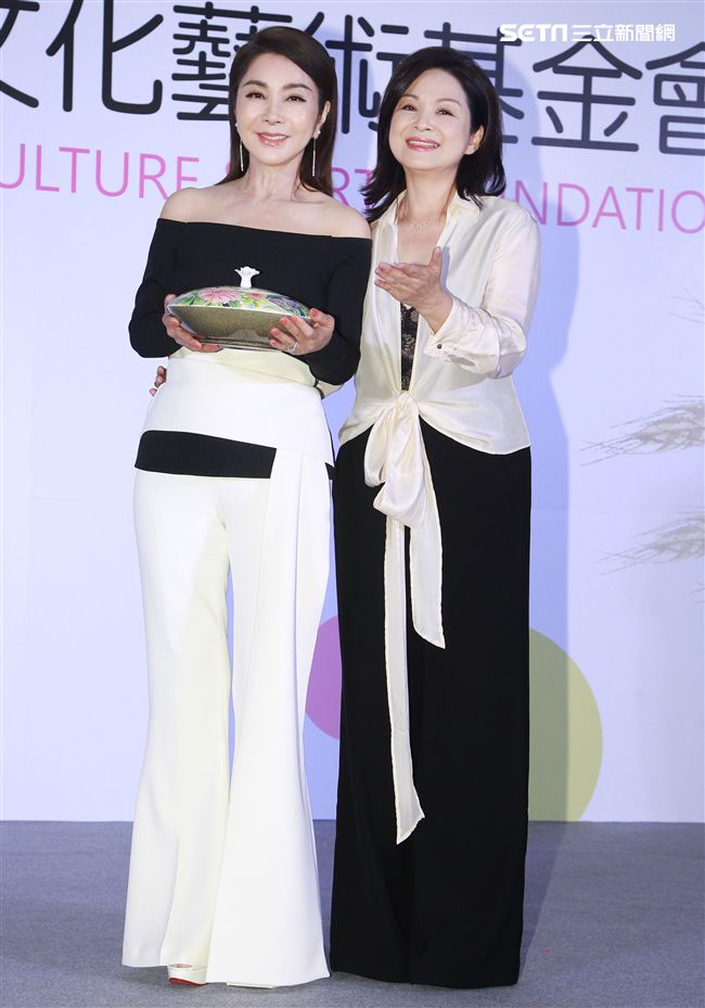 「桂田文化藝術基金會」創辦人楊貴媚與愛心大使陳美鳳。(記者邱榮吉/攝影)