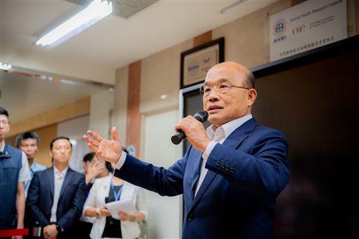 行政院長蘇貞昌24日下午視察口蹄疫拔針成效及防控作為事宜。(圖/行政院提供)