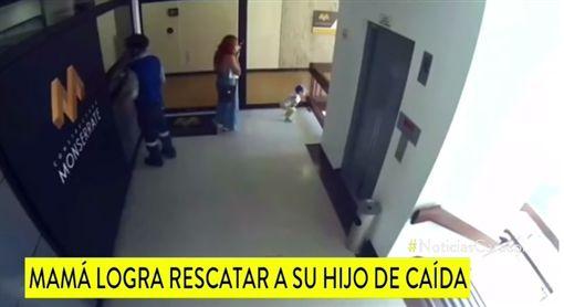 哥倫比亞,樓梯,欄杆,男童,墜樓(圖/翻攝自Noticias Caracol YouTube)