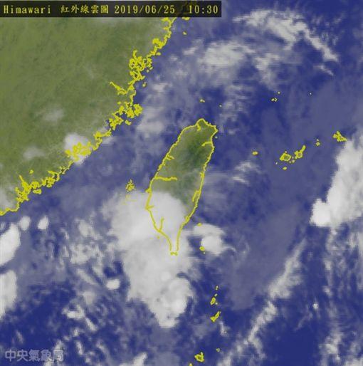 旗津釣魚驚見「雙龍捲風」 氣象專家:氣流不穩、劇烈天氣吳德榮