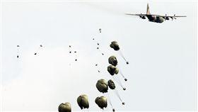漢光34號演習於7日上午台中清泉崗「聯合反空(機)降作戰演練」順利完成, C-130搭載162名傘兵從天而架,分成七架次依序跳出開傘完成著陸任務,百人在空中畫面意外有療癒感。(記者邱榮吉/清泉崗拍攝)