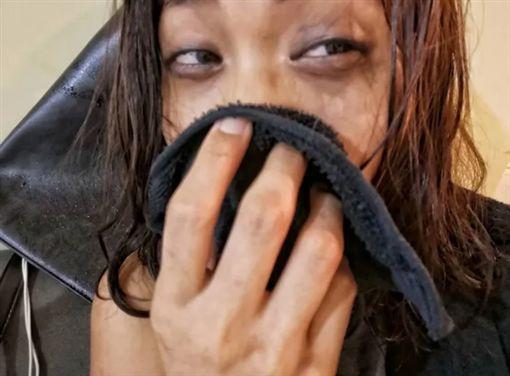 男友不來接 完妝女友拿xx抹臉逆襲(圖/翻攝自Dcard)