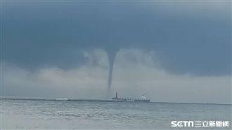 驚見海上旋轉柱體 釣客大呼雙龍捲風