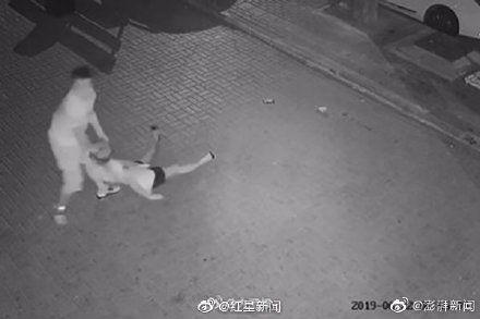 大陸男子當街毆打陌生女孩。(圖/微博)