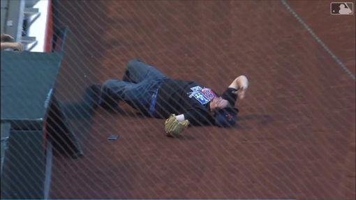 ▲紅襪球迷搶接三壘側界外球糗摔進場內。(圖/翻攝自MLB官網)