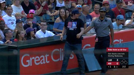▲紅襪球迷搶接三壘側界外球糗摔進場內,最後被保全請出球場。(圖/翻攝自MLB官網)