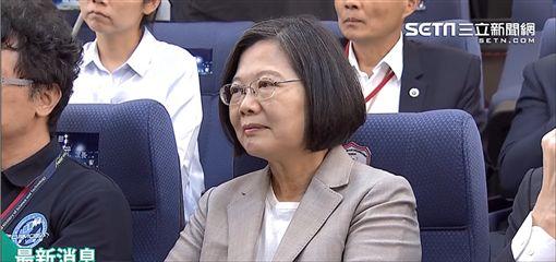 蔡英文總統25日下午赴新竹太空中心觀看福衛七號發射直播。