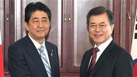 日韓領袖同意促成加強制裁北韓日本首相安倍晉三(左)7日在海參崴會晤南韓總統文在寅,繼北韓最近核試,雙方就加強制裁北韓達成共識。(共同社提供)中央社 106年9月7日