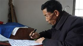 烈士之子為父立墓碑 盼有父親檔案紀念烈士王開鎖之子王瑞珍(圖)完成為父親立墓碑心願後,寫了委託書請台灣友人代為向有關單位申請父親資料,以及最後打回台灣的電報內容,想要擁有父親的檔案作紀念。中央社記者黃慧敏攝 108年6月22日