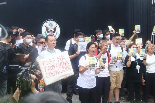 港人請願 籲撤回逃犯條例(2)數百港人26日赴G20駐港總領事館請願,要求G20國家向中國大陸施壓,撤回逃犯條例草案並調查警察過度使用武力的問題。圖為請願者在美國總領事館大門外拍照。中央社記者張謙香港攝  108年6月26日